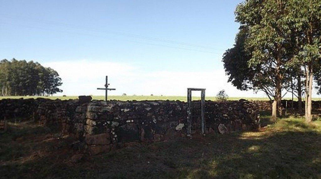 CEMITÉRIO DOS CATIVOS - Este pequeno cemitério iniciado em 1879, encontra-se localizado próximo à zona urbana de Bossoroca.