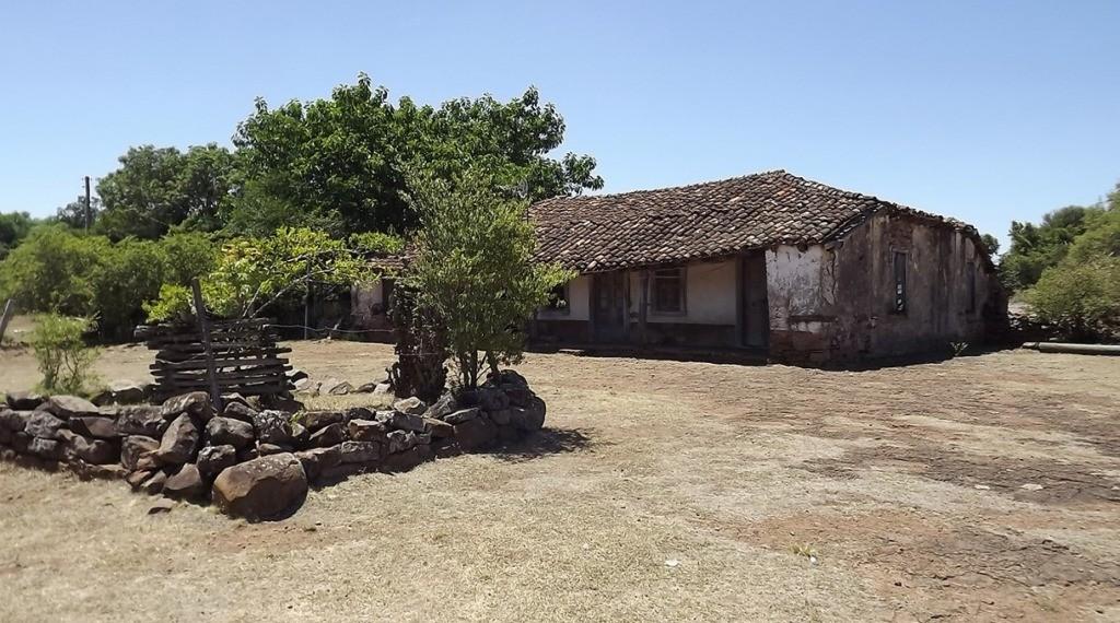CASA DE PEDRAS - Localizada no Rincão dos Antunes, foi construída em 1830 por João Manoel Xavier Pedroso, imigrante do Paraná e primeiro proprietário da sesmaria do Rosário naquela localidade. Segundo a história, serviu de refúgio aos revolucionários de 3